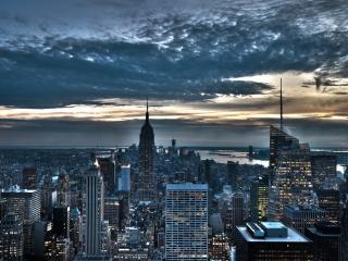 обои Вечерний город под пасмурным небом,   закат фото