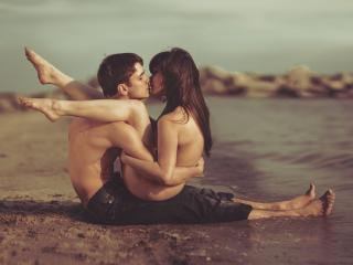 обои Влюбленная пара, на берегу в поцелуе фото