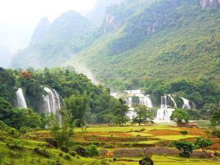обои Водопады,   на ферме в окружении зелени фото