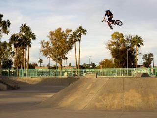 обои Затяжной прыжок в высоту на велосипеде фото