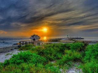 обои Морской пирс и катер на закате у берега фото
