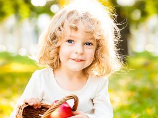 обои Белокурый ангел с корзинкой фруктов фото