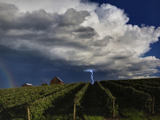 обои Молния и радуга над фермой фото