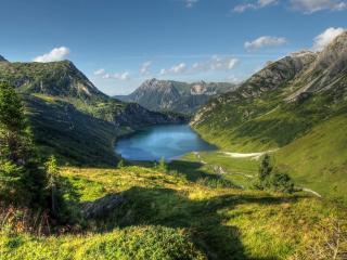 обои Панорама прекрасного края природы,   зеленые холмы,   тропы,   река фото