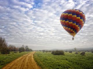 обои Парящий воздушный шар,   дорога,   облака фото
