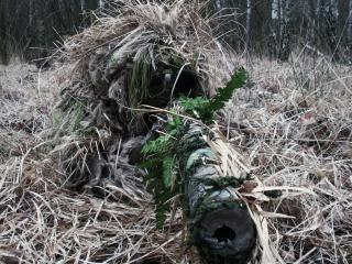 обои В сухой траве солдат замаскировaлся фото