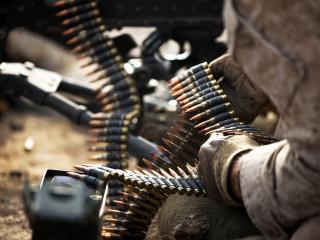 обои Лента с патронами в рукаx солдата фото