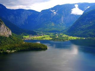 обои У большого озера в горной долине раскинулись деревушки фото