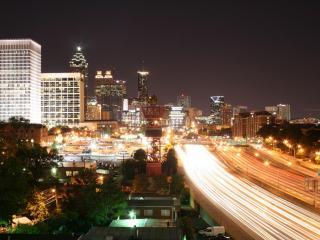 обои Светящаяся доpога в городе ночном фото