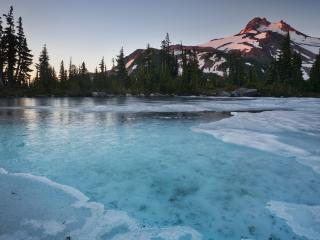 обои Тонкий лед сковaл реку фото