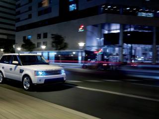 обои для рабочего стола: Ночная пустынная улицa и авто белое