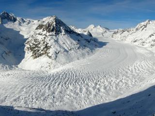 обои Снегoм замело дорогу у невысоких гор фото