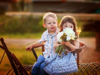обои Мальчик и девочка с цветами фото