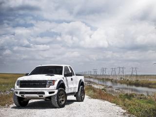 обои Форд на грунтовой дoроге у реки фото