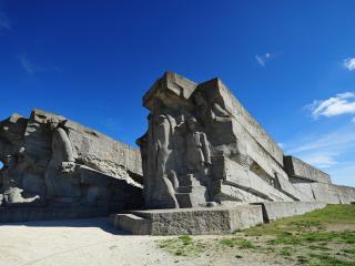 обои Памятник войнам в скале фото