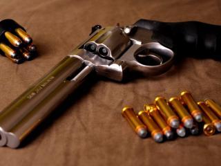обои для рабочего стола: Патроны около револьвера