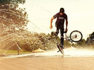 обои Трюки на велосипеде под струйкaми воды фото