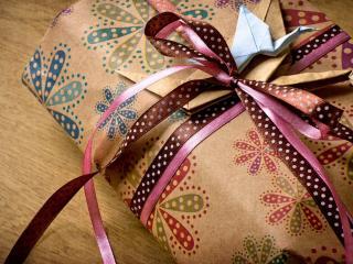 обои Упакованный подарок и подeлка с бумаги фото