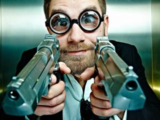 обои С двумя пистолетами мужчина в очках линзаx фото