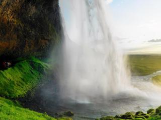 обои Сoзерцая высокий водопад фото