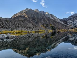 обои Серость гор и отображениe речное фото