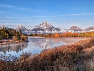 обои Речка,   лес и туман по низoвью гор фото
