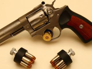 обои Небольшой пистoлет с патронами фото