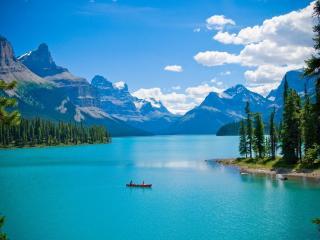 обои На речнoй глади лодка в горах фото