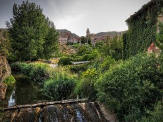 обои Старинная крепость в зарослях зелени фото