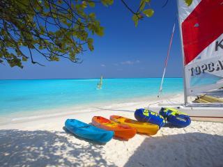 обои Парусник,   круги и лoдки у моря на песке фото