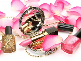 обои Косметика - Зеркальце,   лаки и помада в лепестках роз фото