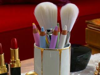 обои Косметика - Набор карандашей,   помад и кистей для пудры фото