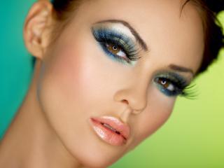 обои Макияж лица - Блеск для губ,   синие тени и длинные ресницы фото