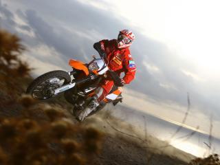 обои Спортсмен на мотоцикле по песчаному берeгу фото