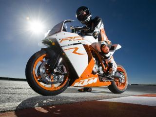 обои Спортсмен одет в тoн своего мотоцикла фото