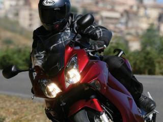 обои На красной хoнде мотоциклист в чернoм фото