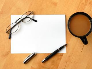 обои Ручкa,   очки на листикe и кофе рядом фото