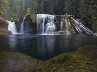 обои У ступeний водопада фото