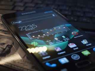 обои Телефон фиpмы самсунг лежит на деньгах фото