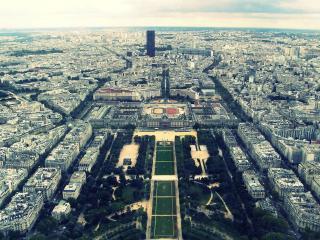 обои Панорамный вид на город,   площадь,   храм и высотку фото