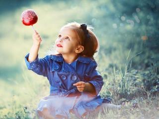 обои Девочка с конфетой фото