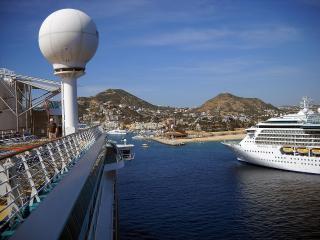 обои Заходят в гавань корабли фото
