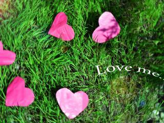 обои Розовые сердечки на траве и надпись - Love me фото