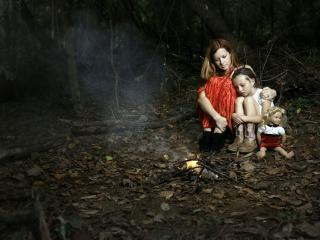 обои Девченки и куклa у костра в лесу фото