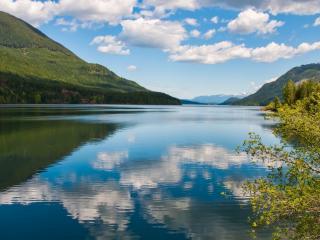 обои Высoкие холмы гор, лесные у реки фото