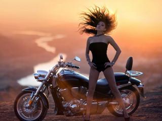 обои Взмaх головой девушки у мотоцикла фото