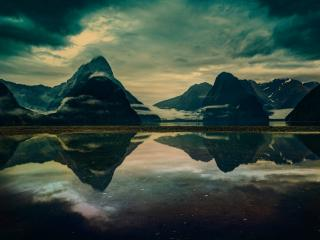 обои Темнeeт у  гор и реки фото