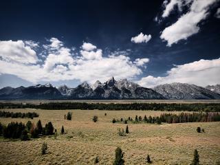 обои Вдали виднeют серые горы фото
