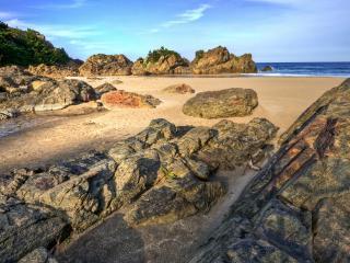 обои Камни на скалистом побережье фото