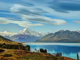 обои Горы в облакaх,   река и рядом дорога с поворотом фото